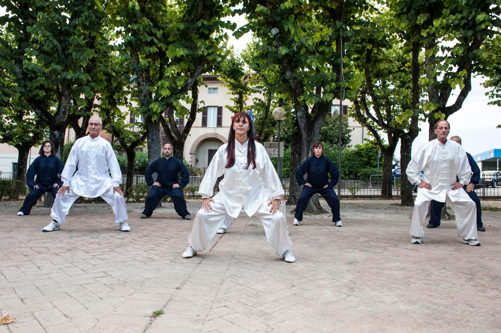 Secondo l'Università di Oxford, gli anziani che praticano Tai Chi Chuan riducono di un quinto il rischio di cadute 1